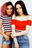 生活方式人概念:两相当时髦的现代获得行家青少年的女孩乐趣一起,不同的国家混合的族种 免版税图库摄影