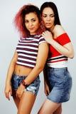 生活方式人概念:两相当时髦的现代获得行家青少年的女孩乐趣一起,不同的国家混合的族种 库存照片
