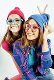 生活方式人概念:两相当时髦的现代获得行家青少年的女孩乐趣一起,愉快的微笑的制造的selfie 图库摄影