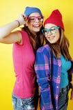 生活方式人概念:两相当时髦的现代获得行家青少年的女孩乐趣一起,愉快的微笑的制造的selfie 免版税库存照片