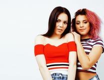 生活方式人概念:获得两个相当时髦的现代行家青少年的女孩乐趣一起,不同的国家混合的族种 免版税库存图片