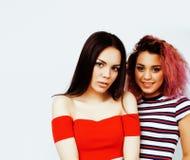 生活方式人概念:获得两个相当时髦的现代行家青少年的女孩乐趣一起,不同的国家混合的族种 库存图片