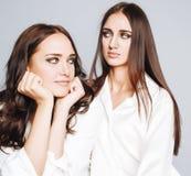 生活方式和人概念:塑造两个时髦的性感的女孩最好的朋友画象,在白色背景 愉快的时间 图库摄影