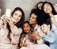 生活方式和人概念:用庆祝在诞生天的不同的年龄孩子的年轻俏丽的变化国家妇女 免版税库存图片