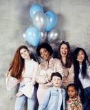 生活方式和人概念:用庆祝在诞生天的不同的年龄孩子的年轻俏丽的变化国家妇女 免版税图库摄影