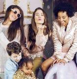 生活方式和人概念:用庆祝在诞生天的不同的年龄孩子的年轻俏丽的变化国家妇女 库存图片