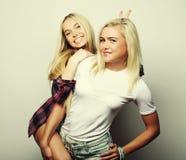 生活方式和人概念:站立的两个女孩朋友 库存照片