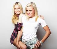 生活方式和人概念:站立的两个女孩朋友 免版税库存图片