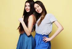 生活方式和人概念:站立的两个女孩朋友 免版税库存照片