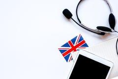 生活方式学会英语在网上在白色桌背景顶视图大模型 免版税库存照片