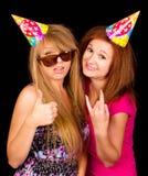 生活方式我,做疯狂的滑稽的面孔的两个年轻朋友女孩的年龄,佩带的聪慧的行家穿衣 库存图片
