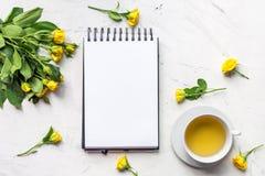 生活方式概念用茶和玫瑰在家庭桌面看法大模型 库存图片