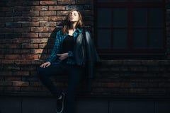 生活方式深色的女孩时尚画象岩石黑色样式的,站立户外在城市街道 库存图片