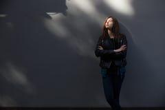 生活方式深色的女孩时尚画象岩石黑色样式的,站立户外在城市街道 免版税库存照片
