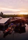 生活方式社区河长尾的小船 免版税库存照片