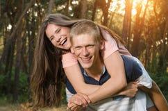 生活方式,两戏剧愉快的夫妇在日落 免版税库存照片