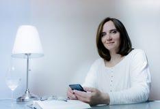 生活方式 夫人 相当微笑的中年妇女谈话在电话 库存图片