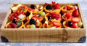 维生素果子tartes用在篮子的莓果 库存照片
