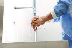 医生洗他的手 免版税库存照片