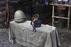 生活的第二次世界大战军事盔甲和冲锋枪Shpagina,重建和主题  库存图片
