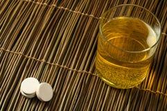 维生素药片可溶解在水中 免版税库存图片