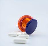 维生素补充在白色背景的药片胶囊 库存图片