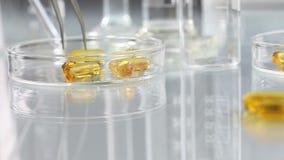 维生素补充药片在桌上的Ω 3 股票视频
