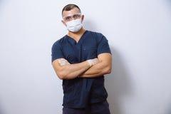 年轻医生画象有面具的在白色背景 概念手术和健康 库存照片