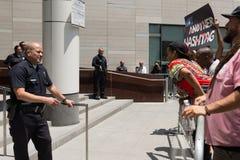 黑生活问题抗议者和警察在行军期间在城市Ha 库存图片