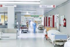 医生医院走廊被弄脏的推力红色床 免版税库存照片