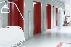 医生医院走廊被弄脏的推力红色 免版税库存图片