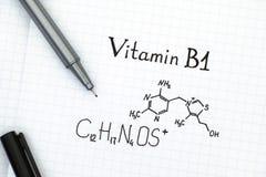 维生素B1化学式与黑笔的 库存照片