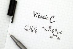 维生素C化学式与笔的 免版税库存照片