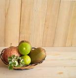 维生素C果子苹果,猕猴桃,在篮子的石灰 库存照片
