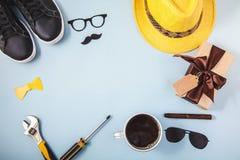 生` s天背景或卡片工具黄色帽子玻璃运动鞋咖啡在一蓝色背景拷贝spase平的l的雪茄礼物 免版税库存图片