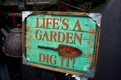 生活` s庭院开掘它标志 库存照片
