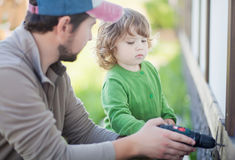生teachs他的小孩女儿如何操练 库存照片