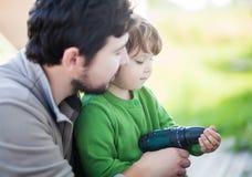生teachs他的小孩女儿如何操练 免版税库存图片