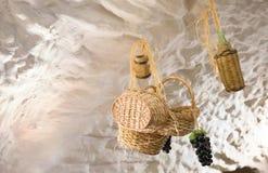 用一个农村方式装饰的中世纪地下室 库存图片
