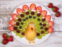 用一个滑稽的方式供食的新鲜水果 库存照片