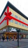 用一把红色弓装饰的购物中心在奥尔胡斯,丹麦 免版税库存图片