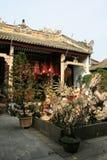 用一条被雕刻的龙装饰的喷泉在一个寺庙的庭院被安装了在会安市(越南) 免版税库存图片