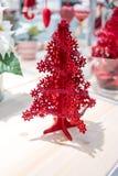 用一点闪亮金属片garla装饰的红色圣诞树泡沫模型 免版税图库摄影