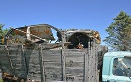 用一辆被击毁的汽车装载的老卡车 图库摄影