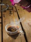 用上等咖啡机器在家做的浓咖啡咖啡 免版税库存照片