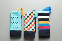 用不同的五颜六色的袜子的平的位置构成在灰色背景 免版税库存图片