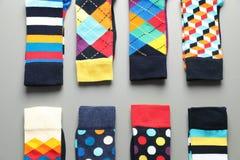 用不同的五颜六色的袜子的平的位置构成 库存照片