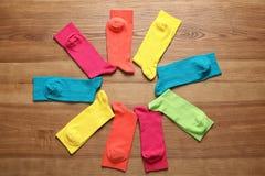 用不同的五颜六色的袜子的平的位置构成 库存图片