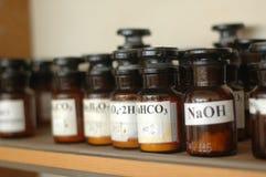 用不同的化学制品的容器在实验室 免版税库存图片