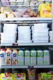 用不同的变冷的产品的冰箱架子 库存图片